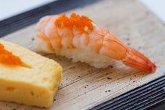 与Ebiko的闭合的虾寿司顶部 免版税库存图片