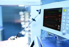 与ECG的现代医疗监控程序 免版税库存图片
