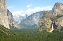 与El Capitan和半圆顶的优胜美地瀑布在优胜美地国家公园 图库摄影