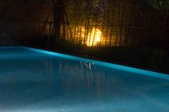 与eminating在Th上的蠕动的黄色照明设备的发光的水池场面 库存照片