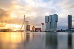 与Erasmusbrug桥梁的鹿特丹地平线在早晨, Netherland 库存照片