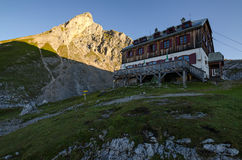 与Eselstein山顶的Guttenberghaus瑞士山中的牧人小屋在背景中 免版税库存照片