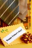 父亲节卡片和礼物领带,弓-储蓄照片 库存照片