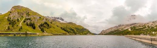 与Fedaia湖的Fedaia通行证2057m意大利的白云岩的 免版税库存图片