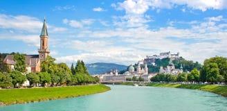 与Festung Hohensalzburg和河Salzach, Salzburger土地,奥地利的萨尔茨堡地平线 免版税库存照片