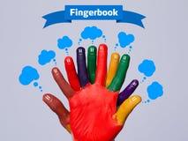 与fingerbook符号的五颜六色的愉快的手指面带笑容 免版税图库摄影