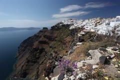 与Fira城镇的Santorini和海运视图在希腊 库存图片