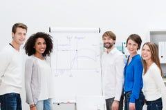 与flipchart的年轻企业队激发灵感 库存图片