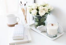 与fr新的手工制造蜡烛和花束的白色内部装饰  免版税库存图片