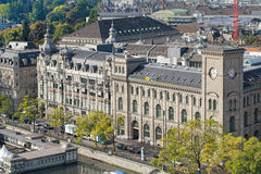 与Fraumunster岗位大厦的苏黎世都市风景 免版税库存图片