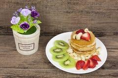 与freah猕猴桃和腰果的草莓薄煎饼 图库摄影
