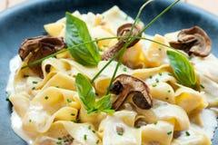 与funghi porcini的意大利taggliatelle。 免版税库存照片
