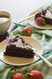 与ganache结冰的富有的choclate蛋糕片式 免版税库存照片