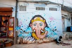 与Ganesh阁下的街道街道画在蓝色墙壁上 库存图片
