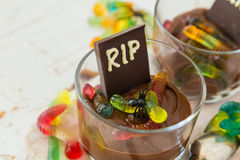 与gelly蠕虫的巧克力沫丝淋 免版税库存图片