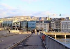 与Geneva湖的堤防的Citiscape在日内瓦,瑞士 免版税库存照片