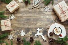 与giftbox、鹿、红色球、锥体和装饰的圣诞节构成在有拷贝空间的木板 顶视图 免版税库存照片