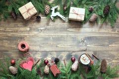 与giftbox、鹿、红色球、锥体和装饰的圣诞节构成在船上与拷贝空间 顶视图 库存图片