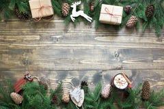 与giftbox、鹿、锥体和装饰的圣诞节构成在有拷贝空间的木板 顶视图 免版税图库摄影