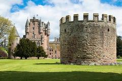 与Glamis城堡的防御塔楼在背景中 库存图片