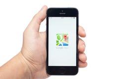 与Google Maps app的iPhone 5s 库存图片