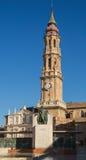 与Goya雕象的大教堂del萨尔瓦多 免版税库存照片