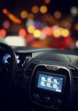 与gps和连接屏幕的汽车驾驶舱 免版税库存照片