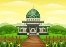 与Green Dome的伊斯兰教的清真寺大厦在庭院里 免版税库存照片
