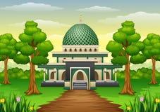 与Green Dome的伊斯兰教的清真寺大厦在森林里 库存照片
