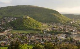 与Hainburg镇,奥地利的多小山风景 免版税库存图片