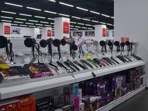 与hairdryers和不同的制造商烫发钳的柜台在一家Technomarket商店在瓦尔纳 图库摄影