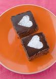 与heards的巧克力蛋糕从糖 免版税库存照片