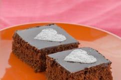 与heards的巧克力蛋糕从糖 库存照片