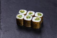 与hiyashi wakame chuka海草的鲜美开胃寿司卷, t 免版税库存图片