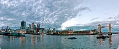 与HMS贝尔法斯特和英国国旗的现代伦敦都市风景 免版税图库摄影