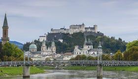 与Hohensalzburg城堡,从萨尔察赫河河的看法的Festungsberg在萨尔茨堡,奥地利 免版税图库摄影