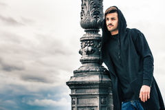 与hoody的神奇和英俊的年轻人模型 多云天空 免版税库存照片