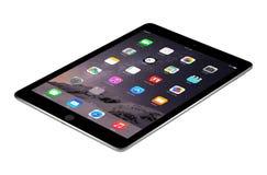 与iOS 8的苹果计算机空间灰色iPad空气2说谎表面, desi上 免版税库存图片