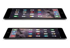 与iOS 8的苹果计算机空间灰色iPad空气2说谎表面, desi上 免版税库存照片