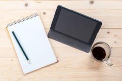 与iPad微型的发现信息在casusual天 免版税库存图片
