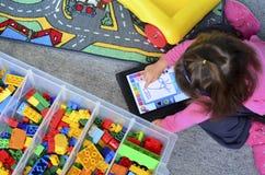 与iPad的小女孩戏剧 库存图片