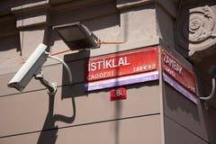 与Istiklal街道的名字的匾 免版税库存照片