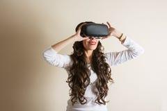 与ivirtual现实玻璃的妇女微笑 VR玻璃 免版税库存照片