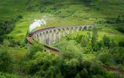 与Jacobite蒸汽的Glenfinnan铁路高架桥,在苏格兰的高地的Lochaber地区 图库摄影