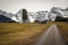 与Karwendel山的Buckelwiesen,巴伐利亚,德国 免版税图库摄影