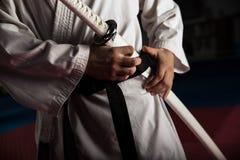 与katana的年轻武术战斗机 图库摄影