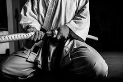 与katana的年轻武术战斗机 免版税库存照片