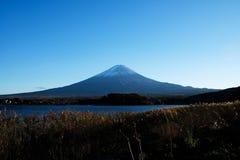与Kawaguchiko湖,日本的山富士 免版税图库摄影
