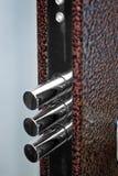 与Keyphole和Doorbolt的伪造的Metall门 图库摄影
