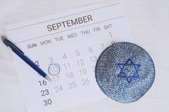 与kippah的日历 Rosh Hashana,犹太新年概念 库存图片